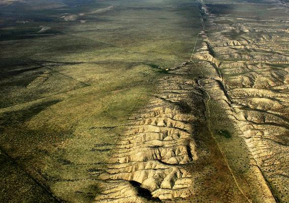 A kaliforniai Carizzo-síkságon jól kivehető a Szent András-törésvonal, mely a Csendes-óceáni, illetve az észak-amerikai kőzetlemezek találkozásánál alakult ki. Ha többet szeretnél tudni róla, kattints ide!