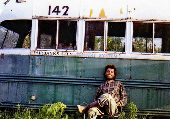Christopher McCandless 1992-ben, 24 évesen döntött úgy, hogy útnak indul, és végső célként az alaszkai vadonban tapasztalja meg, miként képes az ember önmagában, önerejéből boldogulni a természetben. Minimális élelmiszerrel és felszereléssel vágott neki mindennek, miután jótékony célra ajánlotta fel teljes megtakarítását, maradék pénzét pedig elégette. Négy hónappal Alaszkába indulása után találtak rá holttestére egy menedékként használt kisbuszban, a Sushana-folyó partjához közel. Ez az utolsó képe, ő maga készítette.