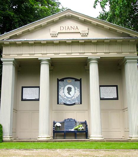 Diana hercegnő sírja  Az 1997-ben elhunyt Diana hercegnő a Spencer család birtokán, az angliai Northhamptonshire-ben, Althorp területén nyugszik. Az egyszerű urnáját őrző, Round Oval-tavon fekvő szigetre a családtagokon kívül nem léphet senki, az év egy bizonyos szakában azonban - általában július és kora szeptember között - a tó partján álló szentélynél emlékezhetnek Dianára mindazok, akik szerették és tisztelték - a képen is ez látható.