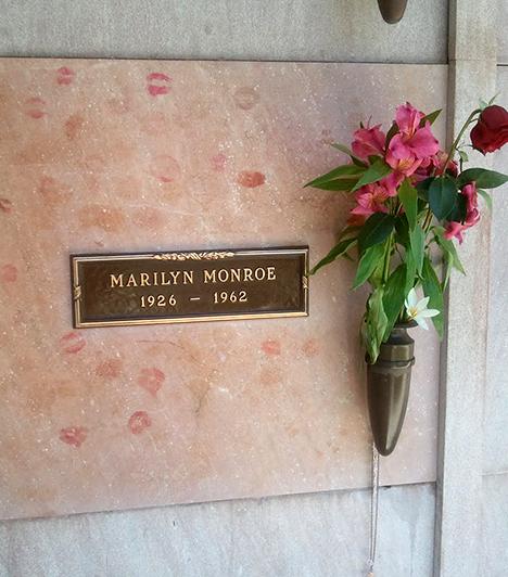 Marilyn Monroe sírja  Az 1962-ben elhunyt gyönyörű színésznő csillaga még ma is fényesen ragyog, a Los Angeles-i Westwood Village Memorial Park nevű temetőben található sírja pedig valóságos zarándokhellyé vált. A közvetlenül mellette lévő sírhelyet Hugh Hefner, a Playboy magazin alapítója vette meg 1992-ben - szerette volna az örökkévalóságot Marilyn mellett tölteni -, egy másikért milliós aukción versengtek emberek, emellett arról is legendássá vált, hogy Marilyn egykori férje, Joe DiMaggio hetente háromszor küldött ide vörös rózsákat 20 éven át.