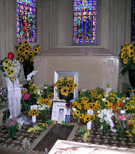 Michael Jackson sírja  A pop királyának 2009-es halála milliókat rázott meg, nem véletlen, hogy a kaliforniai Glendale-ben, a Forest Lawn Memorial Parkban található sírját is rengetegen szeretnék felkeresni. Michael Jacksont a Nagy Mauzóleumban helyezték örök nyugalomra, melyet őrök védenek, és nem hozzáférhető a nyilvánosság számára - Jackson halálának első évfordulóján azonban a család megnyitotta, hogy a rajongók leróhassák kegyeletüket. Maga a temető látogatható, 250 ezren járnak itt évente, többek között iskolásoknak is tartanak vezetett túrákat.