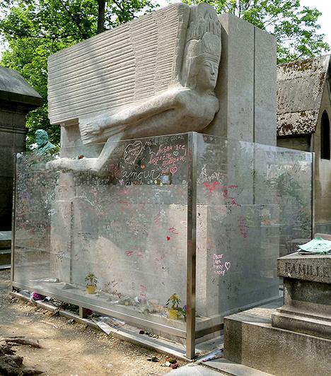 Oscar Wilde sírja  Az 1900-ban elhunyt ír költő, író és drámaíró sírja, mely a párizsi Pere Lachaise temetőben található, mára kultikus hellyé vált, olyannyira, hogy a temető vezetése, illetve a művész családja 2011-ben üvegfallal vetette körbe a síremléket. Korábban ugyanis szokásává vált az idelátogatóknak csóknyomot hagyni a Jacob Epstein által készített szobron, illetve a sír más részein, ami már súlyosan károsította annak anyagát. Most az üvegfalat borítják hasonló rúzsnyomok és más üzenetek.