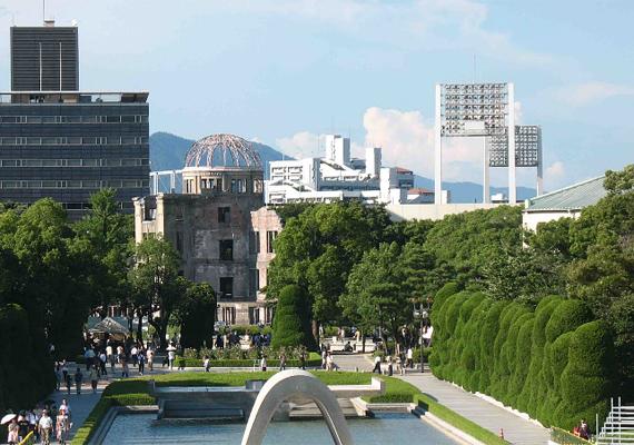 Hirosima emlékparkja - ahol érintetlenül hagytak lebombázott épületeket - közvetlenül az atombomba becsapódási pontja, vagyis a Hiroshima Prefectural Industrial Promotion Hall - középen - mellett található.