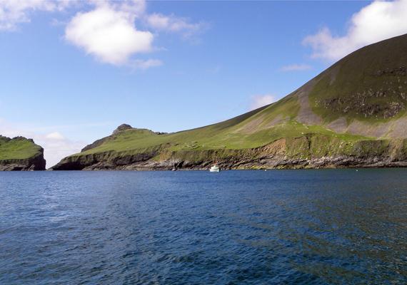 A St. Kilda-szigetcsoport legnagyobb szigete a faluhoz hasonlóan a Hirta nevet viseli.