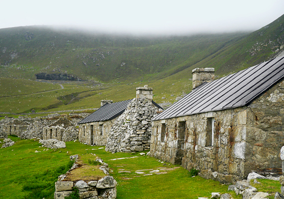 A borús skóciai időjárásnak köszönhetően a nagyrészt üresen álló házak még félelmetesebbnek hatnak.