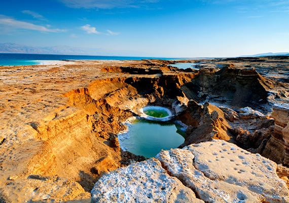 Az Izrael és Jordánia területén található Holt-tenger napjaink egyik leginkább veszélyeztetett természeti csodájának számít, melyről a kutatók egyöntetűen úgy tartják, tulajdonképpen haldoklik, legalábbis emberi beavatkozás nélkül komoly valószínűsége van annak, hogy idővel teljesen eltűnik, és csupán egy száraz, sós meder marad a helyén. Ennek jelei az egyre nagyobb számban kialakuló víznyelők is.