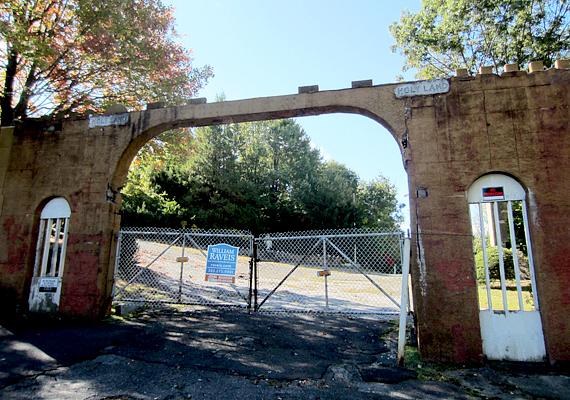 A lezárt bejárat is egyértelműen jelzi, nem érdemes bemerészkedni. Ennek ellenére sokan kedvelik a helyet, a város illetékesei például arról számoltak be, rengeteg hívást kapnak turistáktól, akik arról érdeklődnek, hogyan lehet eljutni az egykori parkhoz.