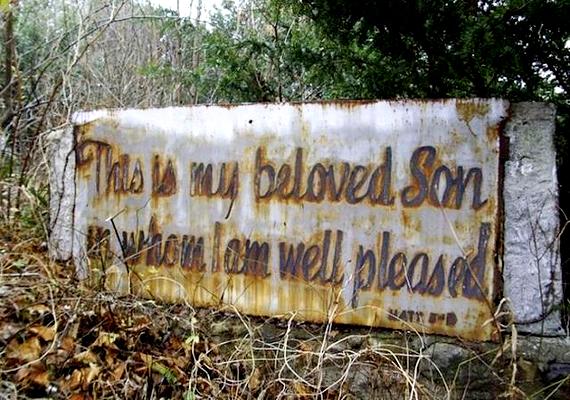 A Jézusra utaló bibliai felirat - Ez az én szeretett fiam, akiben kedvem telik - Máté evangéliumából származik. Mára ezt is megette a rozsda.