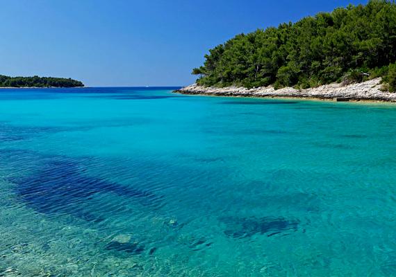 Korcula szigetének nyugati részén található a gyönyörű Slatina-öböl, de Vela Luka környékén számos más, felfedezésre váró, érintetlen öböl is várja a különleges hangulatra szomjazó turistákat.