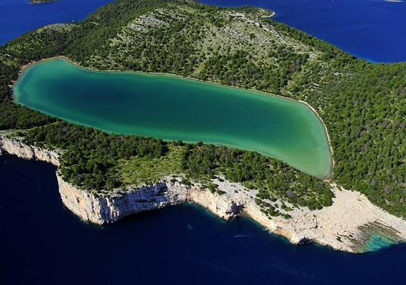 Dugi Otok délkeleti csücskén helyezkedik el a Telascica-öböl, mely igazi paradicsom a vadregényes tájak kedvelőinek. A csodaszép hely egyben természetvédelmi terület.