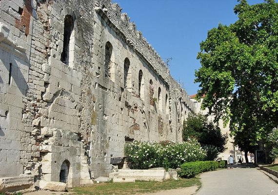 A Splitben álló Diokleciánusz-palotában helyezték örök nyugalomra IV. Béla lányait, Katalin és Margit hercegnőt.
