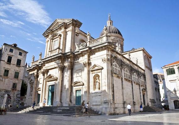 Dubrovniknak is megvan a maga magyar vonatkozása. A Szűz Mária tiszteletére felavatott székesegyház kincstárában őrzik ugyanis Szent István ereklyéjét.