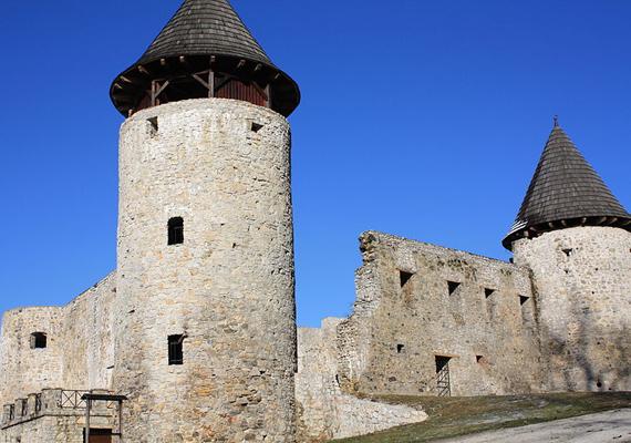 A novigrádi várban raboskodott Nagy Lajos király özvegye, Erzsébet és lánya, Mária is. A rabságban élő királyné által hímzett palást darabját a mai napig meg lehet nézni a romok között.