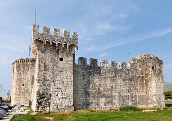 Trogír városának történelmi része 1997 óta a Világörökséghez tartozik. A központban álló vár egykor óvóhely volt: a tatárjárás idején IV. Béla és a családja itt talált menedéket.