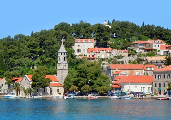 Dubrovniktól 15 kilométerre fekszik Cavtat, ahol a helyi tulajdonosoktól egészen olcsón lehet szobát bérelni.