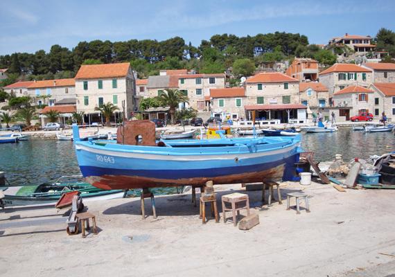 Solta szigetének másik aprócska falva Maslinica, maroknyi turistával. Itt a hajózásnak, búvárkodásnak és egyéb vízi sportoknak is bátran hódolhatsz.