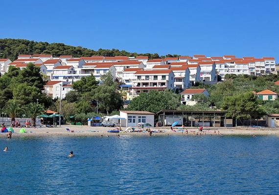 Solta szigetének egyik gyöngyszeme Necujam, amit kizárólag komppal lehet megközelíteni. Ha pihentető nyaralásra vágysz, az öböl partján elkerülheted a nyüzsgő nagyvárosokra jellemző forgalmat.