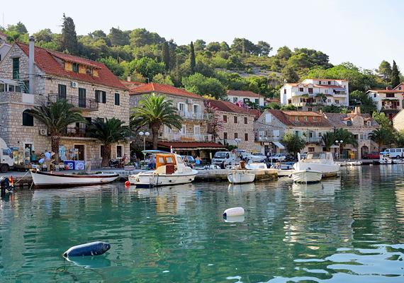 Stomorska a legkisebb horvát szigetek egyike, nagyjából Spilttel szemben, a tenger közepén fekszik. Ha csendre vágysz, itt megtalálod, de ha mégis vonz a pezsdítő forgatag, komppal hamar átjuthatsz a városba.