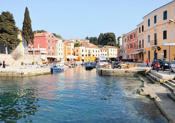 Veli Losinj olyan, mintha Velencében járnál. Az aprócska, színes házak az öböl köré épültek, így akkor is láthatod a tengert, ha éppen nem a parton tartózkodsz.
