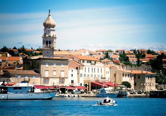 A Krk szigetén található Omisalj igazi kisváros, lakói földművelésből és halászatból élnek.
