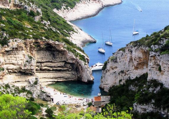 Vis szigetét kizárólag komppal lehet megközelíteni Split városából - igazi romlatlan, természetes szépségű táj, ami a relaxálni vágyóknak ideális.