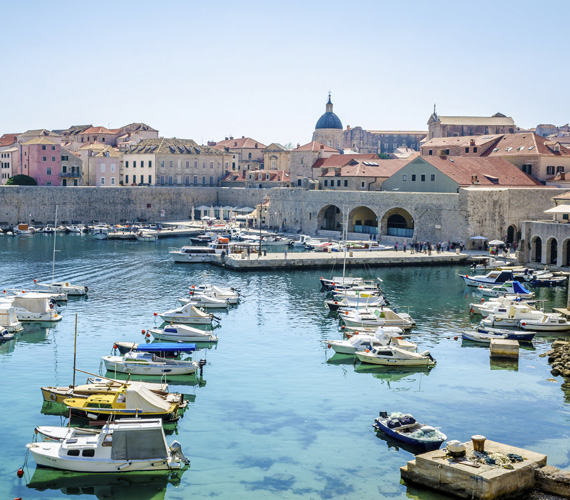 DubrovnikA történelmi óváros sok csodás épülettel hívogat, ami nem is csoda, hiszen Dubrovnik már a középkorban is fontos kikötőváros volt, egy időben még Velence konkurenciájaként is számon tartották. Manapság inkább a Trónok harca című sorozat miatt ismerik, mivel több jelenetet itt forgattak. Ezek a helyszínek szintén látogathatóak.