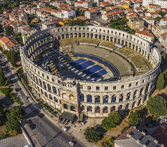 PulaKolosszeumot nemcsak Rómában láthatsz, hanem az Isztriai-félszigeten fekvő Pulában is. A félszigetet és a várost az időszámításunk előtti 2. században foglalták el a rómaiak. Pula ókori virágzása Augustus császár uralkodásának idejére tehető, ekkor épült az amfiteátrum, a színház, a templom és a palota. A remek borok és halételek mellett tehát akad bőven felfedezni való.
