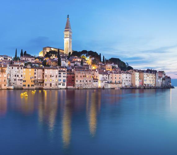 RovinjEz a kisváros csak egy keskeny földnyelvvel csatlakozik Isztriához. Jóformán egy szigeten fekszik. Ennek köszönhetően nagyon sűrűn épült be, a jellegzetes olasz kisvárosok mintájára. A kanyargós utcák hosszú sétákra csábítanak, a város tetején elhelyezkedő templom mellől pedig gyönyörű kilátás tárul a látogató elé az Adriai-tengerre.