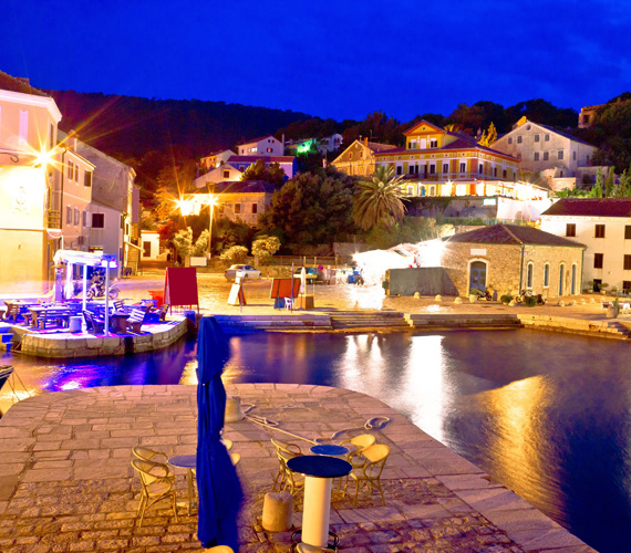Veli LosinjA város Losinj szigetén található, és már négyezer éve lakott település. A tengeröböltől a domboldalra felkapaszkodó történelmi város gyönyörű látványt nyújt a víz felől és a szárazföld felől nézve egyaránt. Aki szereti a nyugalmat és a festői kisvárosokat, annak itt a helye.