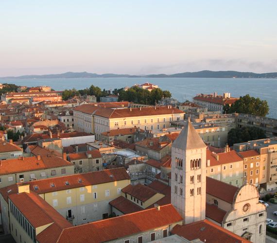 ZadarA város egy kontinenshez közeli kis szigetre épült az ókorban. Majd a kontinens felé terjeszkedett, de a fő attrakció máig a kicsi és sűrű, szigeten fekvő óváros. Zadar rengeteg magyar vonatkozású emlékkel rendelkezik, köszönhetően annak, hogy háromszáz évig magyar uralom alatt állt.