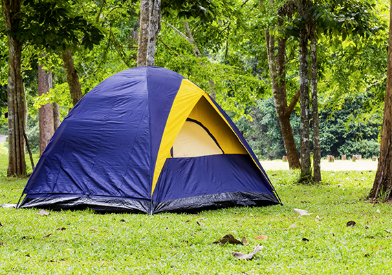 Horvátországban szigorúan tilos a vadkempingezés, 2000 kunától 15 ezer kunáig terjedő bírság járhat érte, ráadásul mindez nemcsak a sátorverésre, de a parkolóban, közterületen való éjszakázásra is vonatkozik. Kattints ide, és bővebben is olvashatsz a témáról.