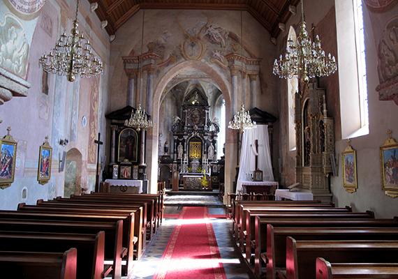 Horvátország vallásos ország - lakóinak többsége római katolikus -, amit turistaként is fontos tiszteletben tartani. Bár számos templom egyben látványosság is, azokat szent helyként kell kezelni az illemszabályok tekintetében: nem szabad hangoskodni, a kalapot, sapkát illik levenni, fedetlen váll és túl rövid szoknya esetén pedig legyen nálad mindig egy kendő, amit a válladra vagy derekadra köthetsz.