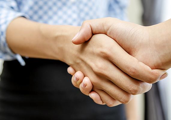 Ha a helyiekkel köszöntitek egymást, illetve bemutatkoztok, a határozott kézfogás mellett tartsd a szemkontaktust. A puszi csak közeli ismerősök között szokás, ezért ne kezdeményezd, a férfiaknak pedig érdemes tudniuk, hogy a kézcsók is furcsán hathat.