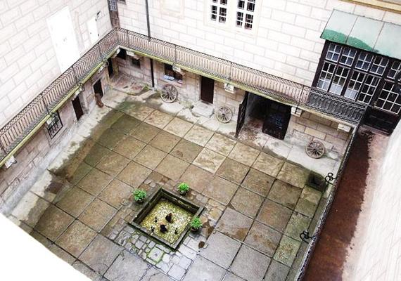 Állítólag a kastély folyosóin és a központi udvaron olykor látni nyugalmat nem találó, bolyongó lelkeket.