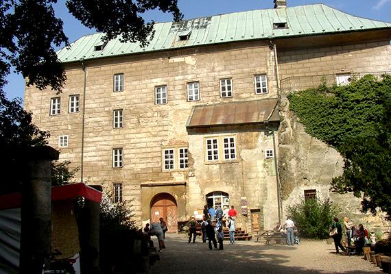 A Houska-kastély állítólag egy feneketlen lyuk fölé épült, mely egyenesen a pokolba vezet.