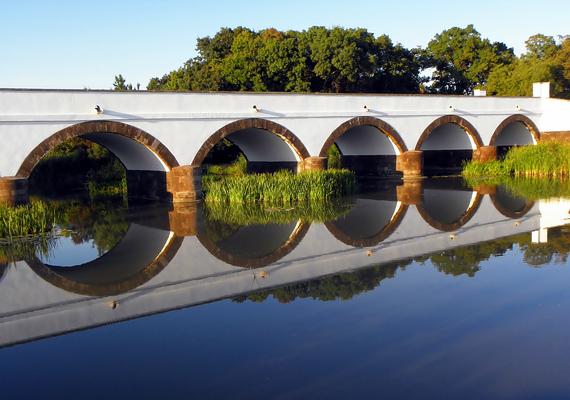 Hortobágy nem csupán egy hely Magyarország első nemzeti parkjával - mely 1999 óta a Világörökség része -, de az ősi magyar életérzés megtestesítője is. Leghíresebb pontja a Kilenclyukú híd, mely az ország leghosszabb közúti kőhídja.