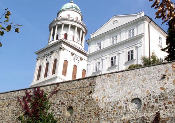 A Pannonhalmi Bencés Főapátság 400 ezer kötetes kultúrtörténeti könyvtára a leggazdagabb és legnagyobb a rendben. A helyet 1966-ban nyilvánították a Világörökség részévé.
