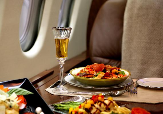 De még inkább egy kép a repülőgépen a business class-ról.
