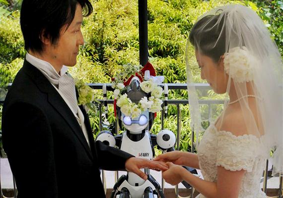 A szigetország a robottechnika terén elért eredményeiről is híres: egyre gyakoribb a mesterséges intelligencia jelenléte, népszerűek például a párok összeadására kiképzett robottiszteletesek.
