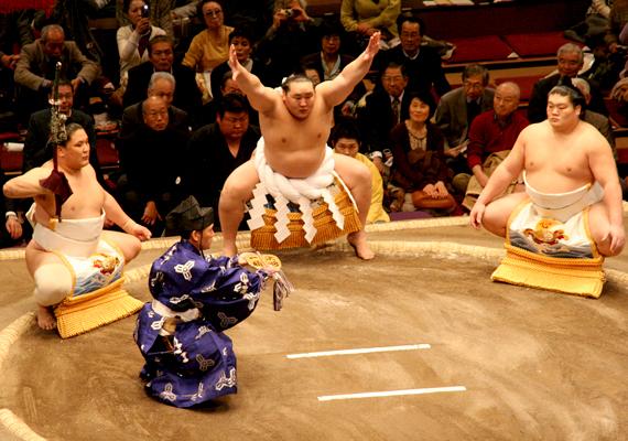 Hagyományos szumóbirkózást is csak Japánban látni: a szigetország lakó a sajátos küzdősportot nemzeti sportjuknak, nem utolsósorban pedig a szamurájkultúra továbbélésének tekintik.