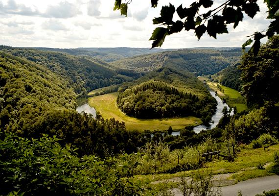 A belgiumi Ardennek területén található erdők ma a kirándulók kedvelt úti céljai, egykor azonban a második világháború ütközeteinek véres színhelyei voltak.