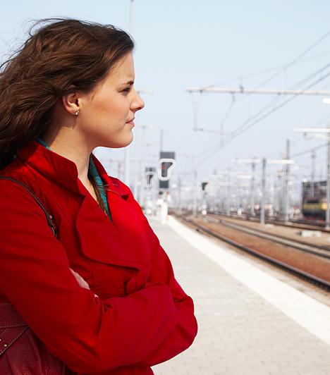 Utazási támogatás  Bár számos feltételnek kell teljesülnie, a munkaügyi központ akár egy évig is segíthet a munkába járással kapcsolatos utazási költségek csökkentésében, így érdemes beleásnod magad a szabályzatba, hogy megtudd, jogosult vagy-e a támogatásra. A szabályozás szerint a munkaadó abban az esetben igényelheti, ha a munkaügyi központ által legalább hat hónapja nyilvántartott álláskeresőt, pályakezdőt foglalkoztat. Amennyiben a munkavállaló is megfelel a feltételeknek, a munkáltató a munkába járással kapcsolatos útiköltségének 86%-át térítheti. Az sem mindegy, mivel utazol a munkahelyedre, ezért böngészd át alaposan az erre vonatkozó előírásokat és szabályokat.