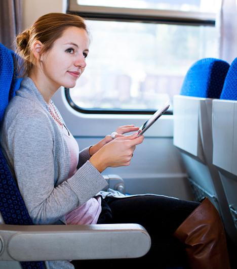 Kedvezmények vonatjegyre  Egy teljes évre vagy féléves időtartamra is megvásárolhatod a névre szóló Start Klub kártyát, melynek igénylőlapját letöltheted a Máv-Start honlapjáról, vagy kérheted a menetjegyirodákban vagy vasútállomási pénztárakban. A kártya tulajdonosaként féláron utazhatsz belföldi járatokon, ha másodosztályra váltasz jegyet, illetve közel 50% kedvezményt kaphatsz első osztályú, belföldi jegyek árából. Nemzetközi vonalakon pedig 25%-os RailPlus kedvezményt vehetsz igénybe. A Máv-Start állandó kedvezményeit is érdemes alaposan átböngészned, hiszen hétvégenként kevesebbet kell fizetned a menetjegyért, ha még nem töltötted be a 26. életévedet.