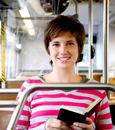 Ha gyakran buszozol                         Ha közalkalmazott vagy, nem árt tudnod, hogy évente 12 alkalommal lehetsz jogosult 50%-os menetjegy kedvezményre menettérti utazás esetén, ha jogosultságodat a munkáltatód által kiállított, tárgyévre érvényesített Utazási utalvánnyal igazolni tudod. Amennyiben külföldi utazást tervezel, a Volánbusz Zrt. nemzetközi járatait is vedd figyelembe, hiszen sok esetben olcsóbban megúszhatod busszal az utazást. A Volánbusz honlapján olvashatsz továbbá a MiniÁr kedvezményről is, mellyel fix dátumú utazás esetén, bizonyos nemzetközi járatoknál akár 50-55%-ot is megspórolhatsz a jegy árából. Az Elővételi Bónusz kedvezménnyel 10-40%-kal olcsóbban vásárolhatsz jegyet annak függvényében, hogy az utazás előtt hány nappal váltod meg.