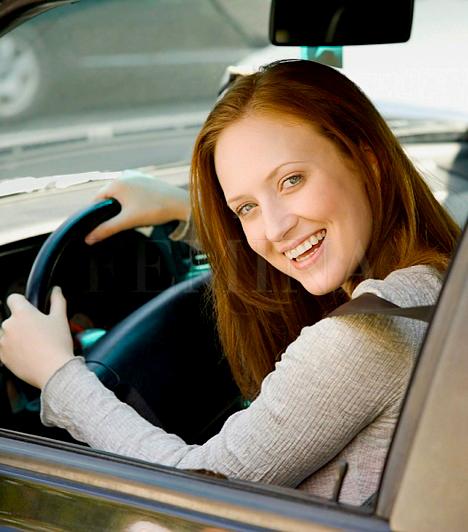 Autós praktikák                         Ha rászoktatod magad egy tudatos vezetési stílusra, jelentősen csökkentheted az autó benzinfogyasztását, emellett a kisebb fogyasztás érdekében nem árt a gumik minőségére, valamint az autó műszaki állapotára is ügyelned. Például több benzint fogyaszt a gépjármű, ha a levegőszűrő eldugult, vagy gyakran működteted a szellőztetőt és a klímát. Fontos, hogy mindig az évszaknak megfelelő gumit használj, és ne tárolj felesleges holmikat a csomagtartóban, mert a terheléstől is megnő az autó fogyasztása. Kerüld a túlzott gyorsításokat és hirtelen fékezéseket, és lehetőleg tartsd be a féktávolságot: így nemcsak a baleseteket kerülheted el, hanem benzint is spórolhatsz.