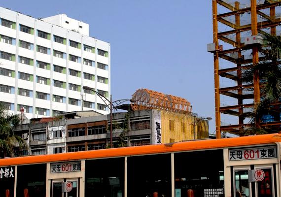 Illegális bambuszház egy épület tetején. Taipei jelentős részére jellemzőek az engedély nélküli építkezések és közösségek, melyeket többek között azok az illegális betelepülők hoznak létre, akik távoli, vidéki területekről költöztek a városokba a munkalehetőség és a jobb élet reményében.