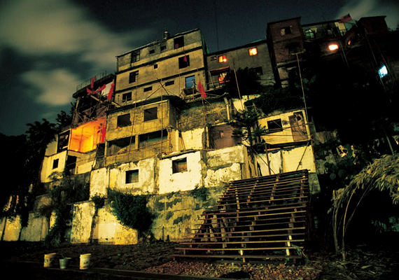 Az egyik legnépszerűbb illegális hely Treasure Hill volt, ahol Taipei legszegényebb rétegei hoztak létre önellátó telepet - amely annyira népszerűvé vált, hogy a városvezetés is lépett, és kitelepítette az itt élőket. Az intézkedés ellen azonban sokan tiltakoztak, így köztes megoldásként művésztelepet hoztak létre a domboldalon - az eredetileg itt élők azonban nem térhettek vissza, és kis farmjaikat és elpusztították.