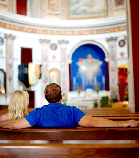 Tiszteletlenség a vallásos helyszíneken  A legtöbb turista nem hagyja ki az adott hely történelmi és kulturális nevezetességeit, közöttük az ódon katedrálisokat és régi temlomokat. Fontos azonban, hogy ezeket a helyeket ilyenkor ne turistaattrakciónak tekintsd, hanem add meg a tiszteletet valódi funkciójuknak is. A templomban lehetőleg csak suttogva beszélj, emellett az öltözködésre is ügyelj: a sapkát és kalapot illik levenni, de egy kendő is legyen nálad, hogy eltakard fedetlen vállad, vagy tekerd a derekad köré, ha rövid szoknyában vagy rövidnadrágban érkeztél.