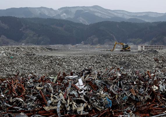 A romok eltakarítását és az újjáépítést már a katasztrófa után megkezdték, azonban várhatóan több mint 40 évig fog tartani.