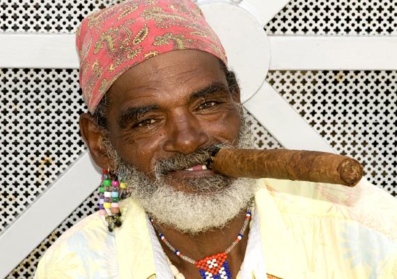Havannai férfi a jellegzetes kubai szivarral - és mosollyal.